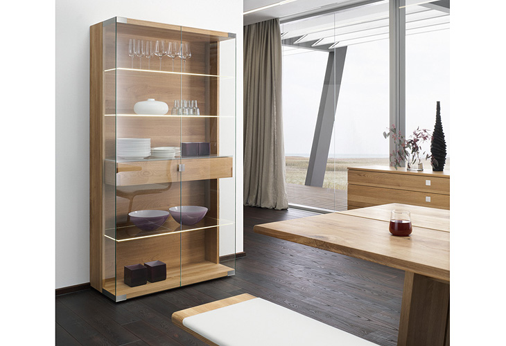 neues von team 7 tisch und vitrinen nox bei tendenza. Black Bedroom Furniture Sets. Home Design Ideas