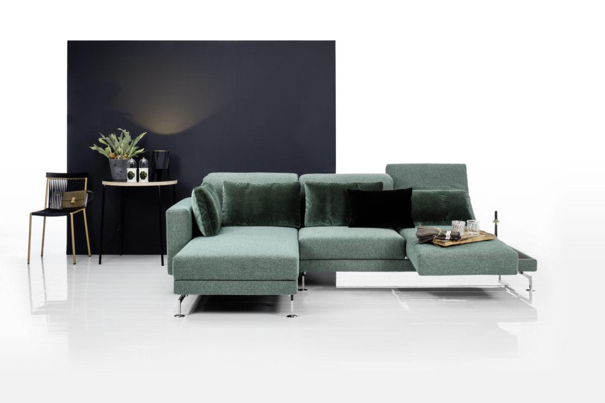 Sofa MOULE Der Firma BRÜHL Bezug Stoff Kufen in Metal