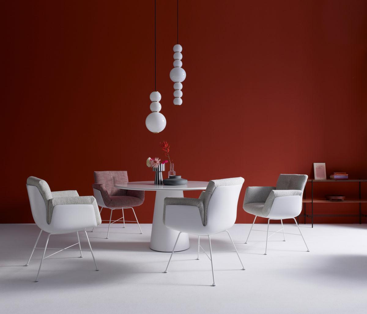 CONIC Esstisch Rund, Oval, Rechteckig, Tischplatte MDF Lack-,  und Pulverlackfarben, Massivholz  geölt. Untergestell Cristaplant matt weiß oder  COR Lackfarben.  ALVO Stuhl auf Dreh-Gestell. Der Firma COR