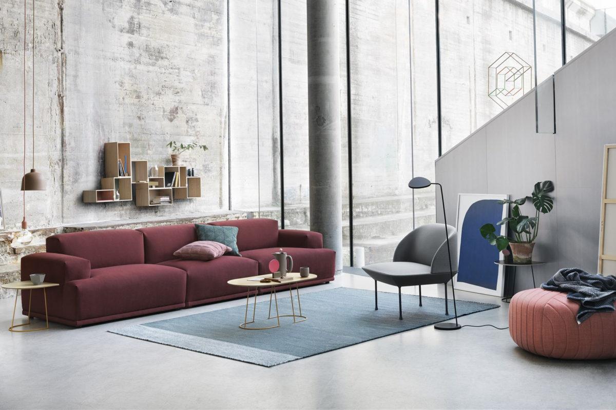 Sofa Connect Modular, Beistelltische Airy , Sessel Oslo Side, Wandregal Stacked Storag System, Pendelleuchte E27 und Grain, Stehenleuchte Leat, Tepich Varjo Rug. Der Firma Muuto