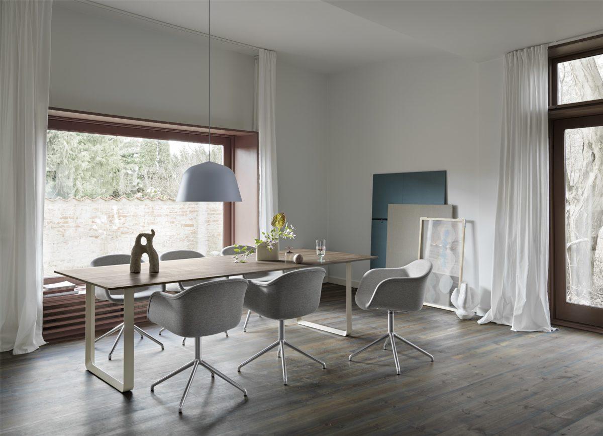 Tisch 70/70 in Solid Oak Stuhl Fiber Beleuchtung Ambit Der Firma Muuto